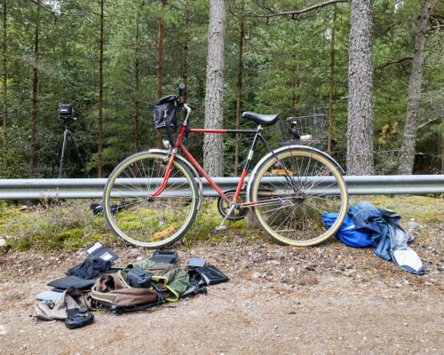Fahrrad und Ausrüstung für 4x5 Großformatfotografie bei Husgölen im Wald