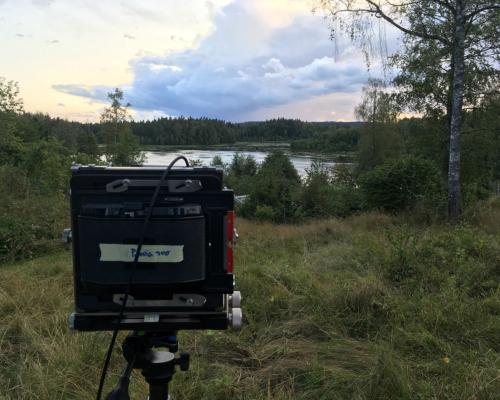 Aufnahmesituation. Kamera auf den See gerichtet. Abendstunde.