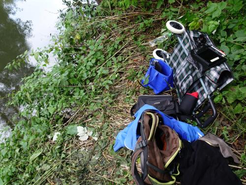 Fotogerätschaften am Ufer der Bille in den Brennesseln