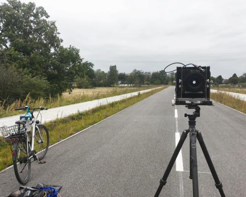 4x5 Kamera aufgebaut auf der Straße im Nirgendwo in Lurup