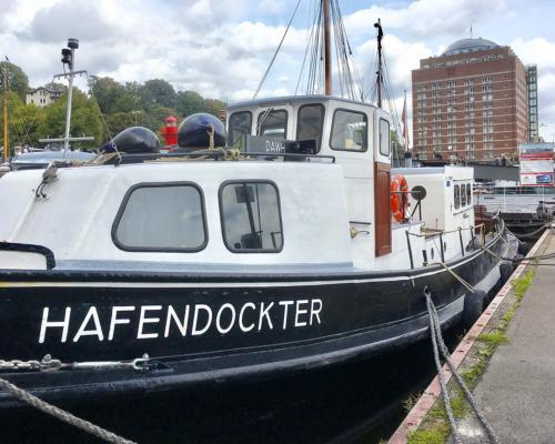 Das Schiff Hafendockter am Kai in Neumühlen