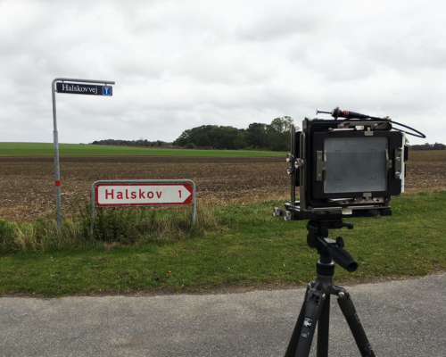 Das Halskov Schild fotografieren. 4x5 Großformat Kamera in Position.