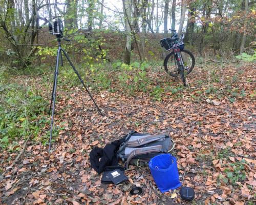 Im Gehölz Kamera und Fahrrad nahe der Bille bei Wohltorf