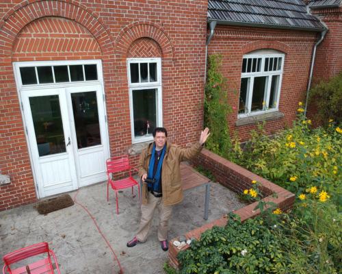Selbst auf der Veranda des Falsterhuses, der Drohne winkend.