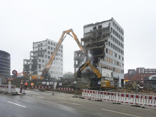 Letzte Zähne. Abriß der City-Hof Hochhäuser in Hamburg.