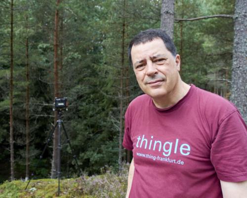 Im Wald mit Kamera bei Husgölen, Schweden
