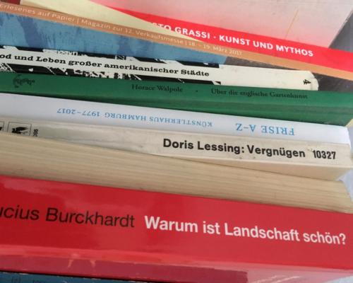 Bücherstapel neben meinem Bett