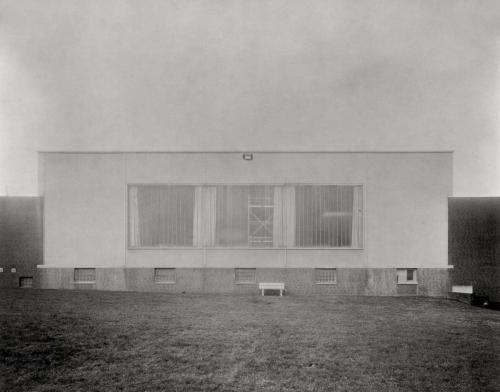 Fassade einer Industriehalle in Hamburg Bahrenfeld. Aufnahme im Format 4x5 direkt auf Fotopapier belichtet. Kalotypie.