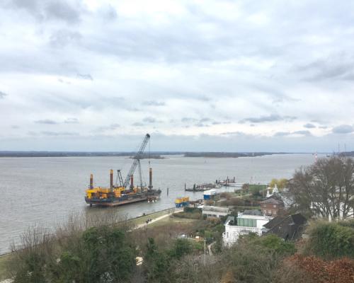 Blick vom Rand des Baurs Park auf die Elbe bei Blankenese