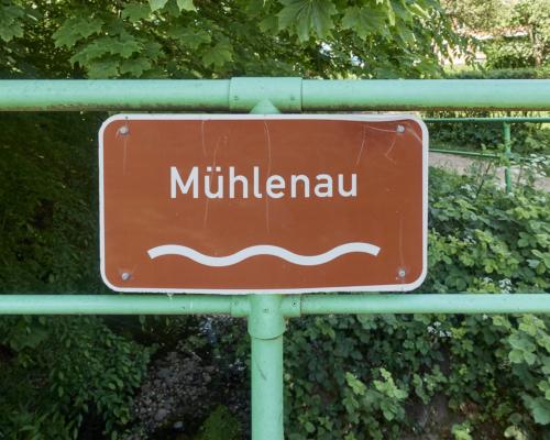 Dezenter Hinweis auf die Mühlenau bei Eidelstedt