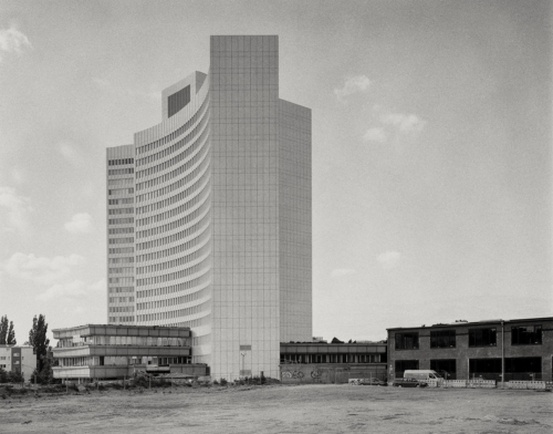 Euler-Hermes Hochhaus. Aufnahme im Format 4×5 auf Retropan.