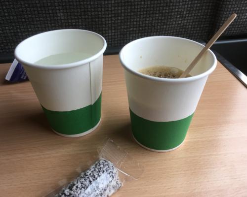 2 Becher, Wasser und Kaffee, im Zug