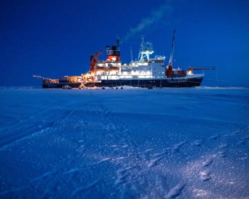 Die Polarstern im Eis. (Foto: Alfred-Wegener-Institut  Esther Horvath (CC-BY 4.0) )