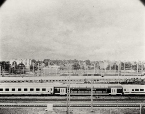 Bahngelände unterhalb der A7 in Stellingen. Aufnahme im Format 4x5 auf Fotopapier. Kalotypie. Papiernegativ.