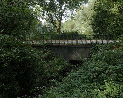 D ie Düngelau unterquert den Kronsaalsweg in Stellingen