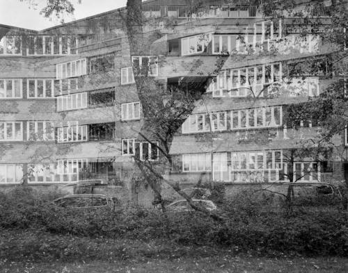 Wohnblock am Lunapark in Hamburg Altona. Aufnahme im im analogen Großformat 4x5 und Doppelbelichtung.