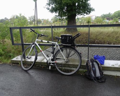Fahrrad mit Fotoausrüstung, am Vorhornweg in Hamburg Lurup