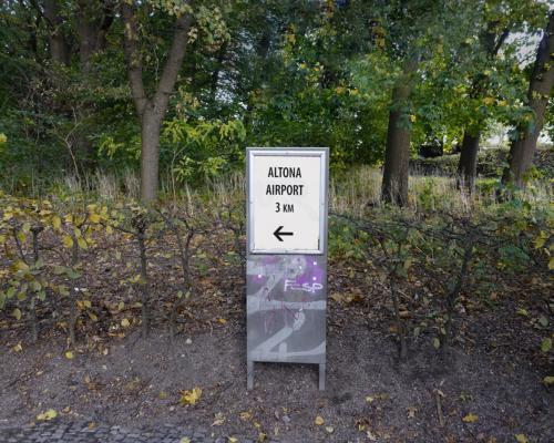 HInweisschild im Volkspark: Nur 3km zum Airport Altona