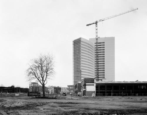 Das Euler-Hermes Hochhaus vom Kolbenhof-Gelände aus gesehen. Aufnahme im analogen Großformat 4x5.