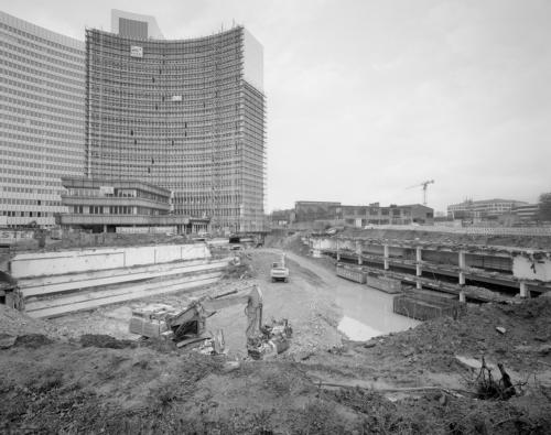 Baugrube vor dem Euler Hermes Hochhaus in Hamburg Altona. Aufnahme im analogen Großformat 4x5