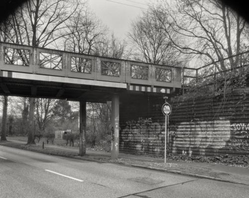 Brücke der Umgehungsbahn über die Reichsbahnstraße in Hamburg Eidelstedt. Aufnahme im Format 4x5 auf Röntgenfilm