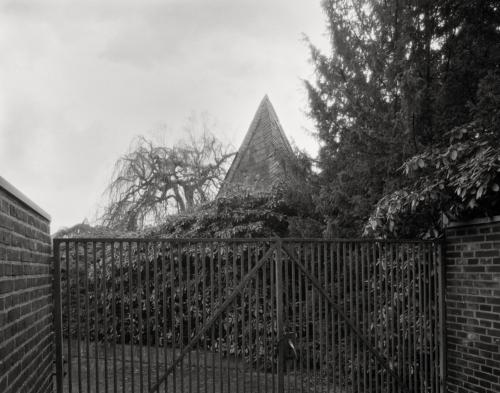 Pyramide am Friedhof Holstenkamp in Hamburg Altona. Aufnahme im Format 4x5 auf Röntgenfilm.