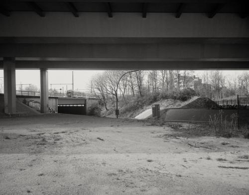 Unter der Autobahnbrücke in Hamburg Stellingen. Aufnahme im Format 4x5 auf Kodak Ektapan.