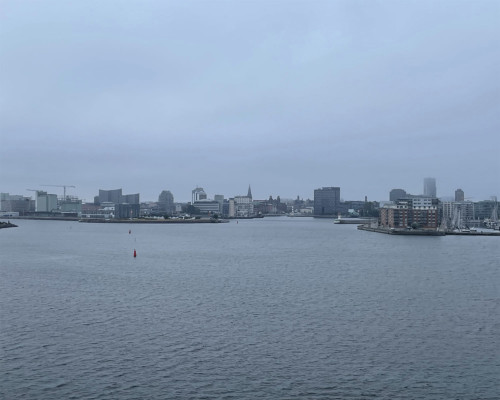 Malmö noch grau. Vom Schiff aus.
