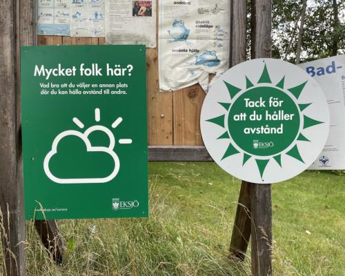 Hinweis am schwedischen Badesee: Danke fürs Abstandhalten