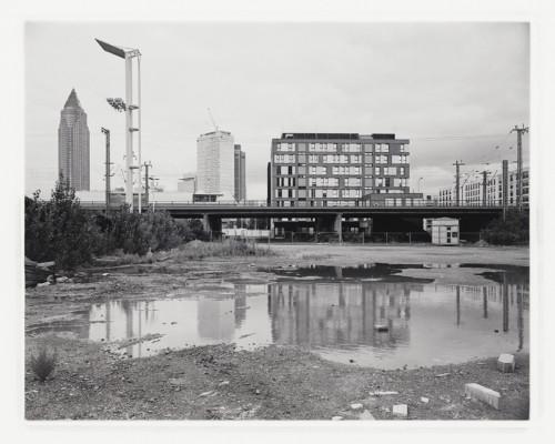 Brache an der Europa-Allee, Baufeld 42a, Frankfurt Gallus. Fotografie im analogen Groß-Format 4x5 auf Adox 100.
