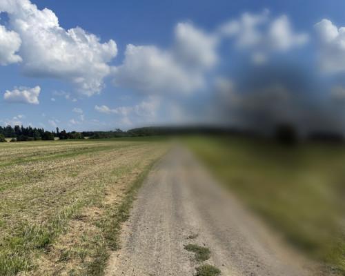 Über die Felder in der Wetterau. Bildeindruck mit Sonnenmilch im rechten Auge.