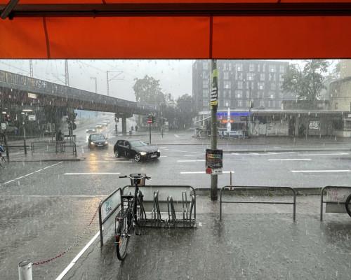 Starkregen an der Galluswarte. Schutz unter der Markise.