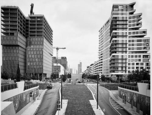 Wohntürme an der Europa-Allee vor dem Europagarten. Frankfurt Gallus. Fotografie im analogen GroßFormat 4x5 auf Kodak Plus X Pan.
